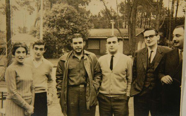 De izquierda a derecha: Celia Guevara, la madre del Che. Juan Martín Guevara (hermano). Ernesto Guevara. Roberto Guevara (hermano). Julio César Castro, periodista y Carlos Figueroa amigo de la familia, en Punta del Este, Uruguay. - Sputnik Mundo