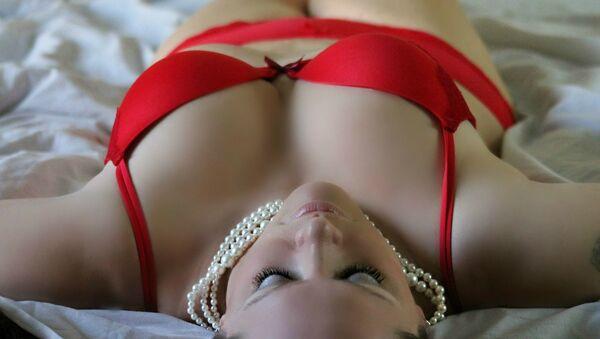 Mujer en rojo imagen referencial - Sputnik Mundo