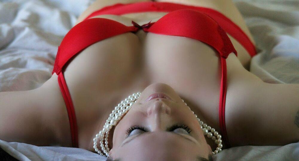 Mujer en rojo (imagen referencial)