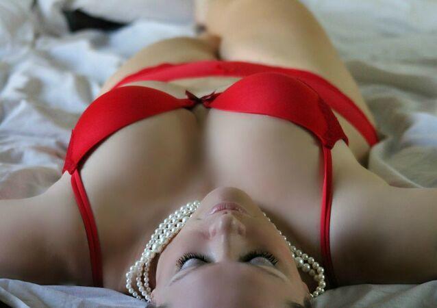 Una mujer en rojo (imagen referencial)