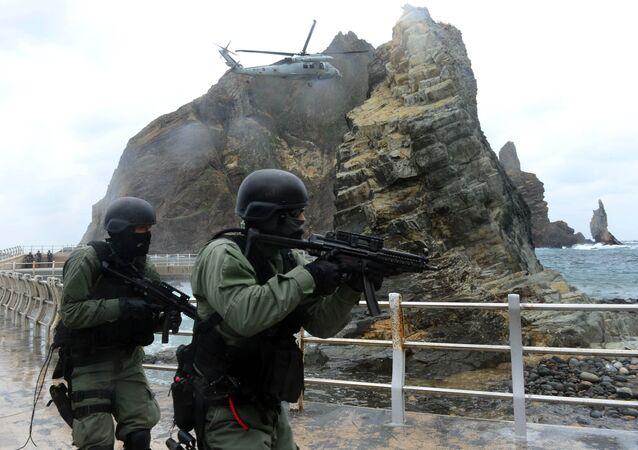 Militares surcoreanos en rocas de Liancourt