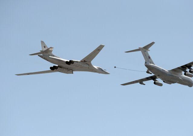 Bombardero estratégico Tu-160 Cisne blanco junto a Il-78, a la derecha