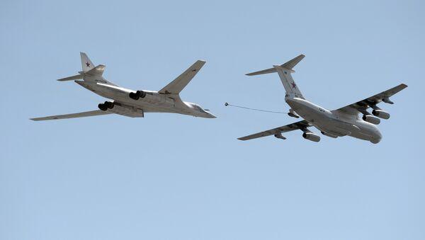 Bombardero estratégico Tu-160 Cisne blanco junto a Il-78, a la derecha - Sputnik Mundo