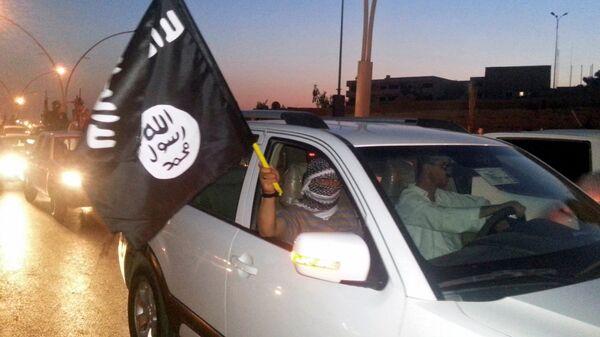 Combatiente del grupo terrorista Daesh (archivo) - Sputnik Mundo