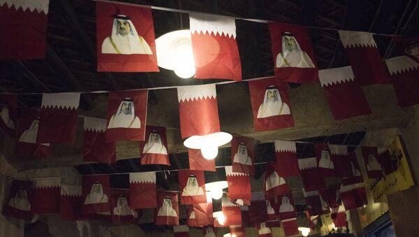 Banderas de Catar con la imagen del emir Tamim bin Hamad Thani - Sputnik Mundo