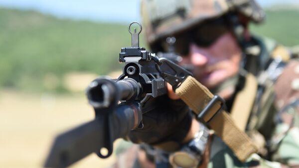 Un soldado francés con un rifle alemán - Sputnik Mundo