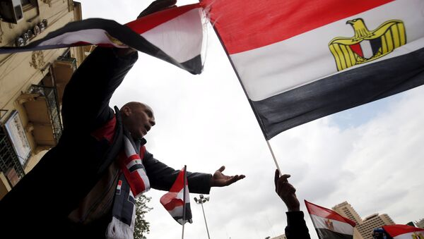 Pro-government protesters chant slogans while holding the national flag during the fifth anniversary of the uprising that ended 30-year reign of Hosni Mubarak in Cairo, Egypt, January 25, 2016 - Sputnik Mundo