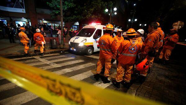 Ambulancia enfrente del centro comercial de Bogotá, donde se produjo una explosión - Sputnik Mundo