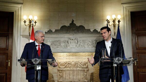 Alexis Tsipras, primer ministro griego, junto a Binali Yildirim, su homólogo turco - Sputnik Mundo