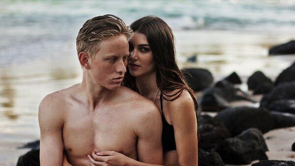 Una pareja en la playa - Sputnik Mundo