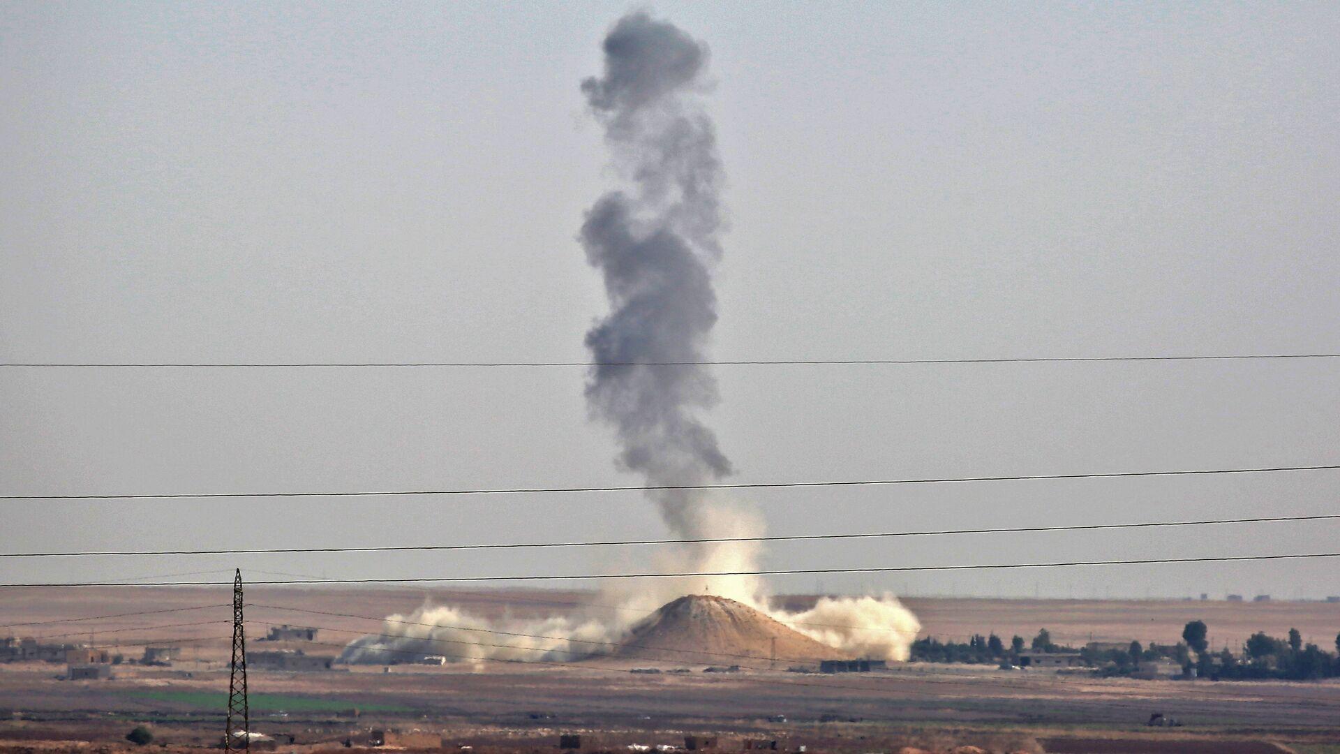Humo se levanta cerca de la aldea siria de Al Hisha, a unos 40 km de Al Raqa, tras un ataque aéreo de la coalición liderada por Estados Unidos - Sputnik Mundo, 1920, 27.06.2021