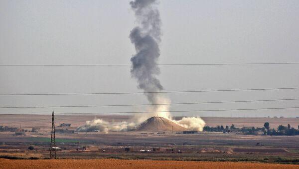 Humo se levanta cerca de la aldea siria de Al Hisha, a unos 40 km de Al Raqa, tras un ataque aéreo de la coalición liderada por Estados Unidos - Sputnik Mundo