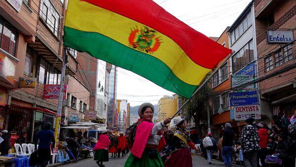 Una mujer indígena con la bandera de Bolivia - Sputnik Mundo