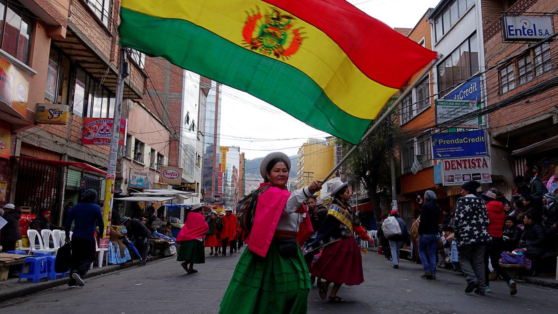 Una mujer indígena con la bandera de Bolivia - Sputnik Mundo, 1920, 03.08.2021
