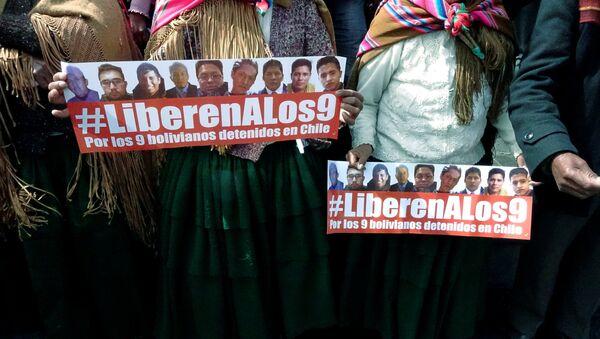 Carteles con el hashtag en apoyo de los 9 bolivianos detenidos en Chile - Sputnik Mundo