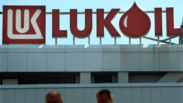 People walks in front of the Lukoil Neftochim Headquarters in Sofia on July 27, 2011 - Sputnik Mundo