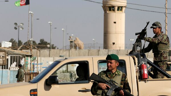 Afghan National Army (ANA) soldiers keep watch outside the Bagram Airfield entrance gate, after an explosion at the NATO air base, north of Kabul, Afghanistan November 12, 2016. - Sputnik Mundo