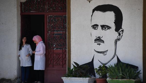 Un mural con el retrato de Bashar Asad, en Homs - Sputnik Mundo