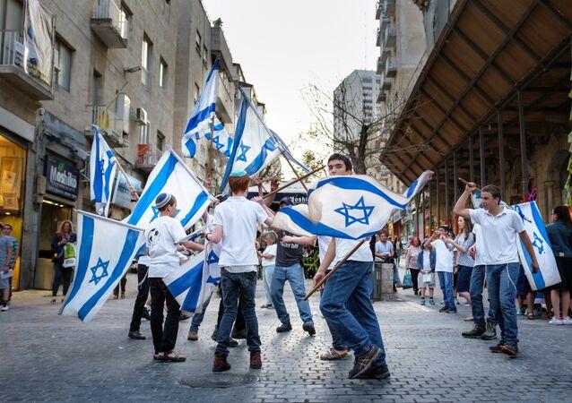 Israelíes con las banderas del país