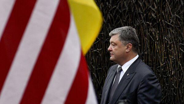 Petró Poroshenko, presidente de Ucrania, al lado de la bandera de EEUU - Sputnik Mundo