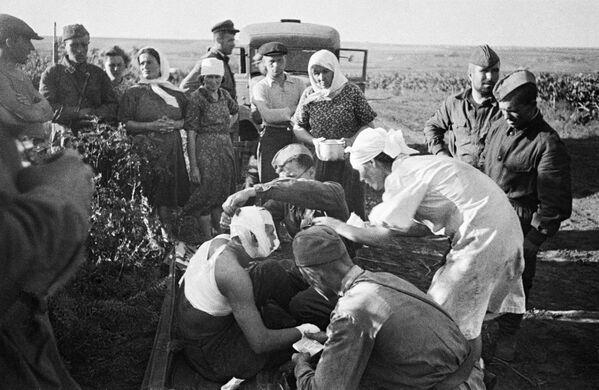 Para el 22 de junio de 1941, el pacto de no agresión entre la URSS y Alemania ya estaba en vigor. Durante el transcurso de la Segunda Guerra Mundial —que había estallado el 1 de septiembre de 1939—, Alemania ocupó casi toda Europa, incluida Francia. El Ejército Rojo tenía experiencia a raíz de la batalla de Jaljin Gol y de la campaña militar en Finlandia, pero todavía no se había enfrentado a las tropas alemanas.En la foto: unas enfermeras atienden a los heridos después de un ataque aéreo alemán cerca de Chisinau el 22 de junio de 1941. - Sputnik Mundo