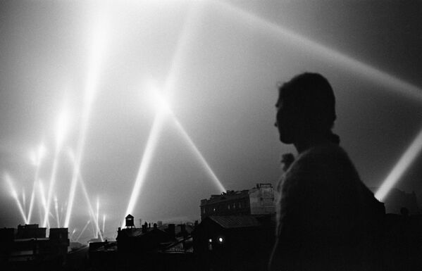 La dirección del Tercer Reich practicaba el 'blitzkrieg', o guerra relámpago. Su objetivo era neutralizar al país soviétivo y alemanizar su territorio.En la foto: las Fuerzas de Defensa Aérea iluminan el cielo de Moscú, junio 1941. - Sputnik Mundo