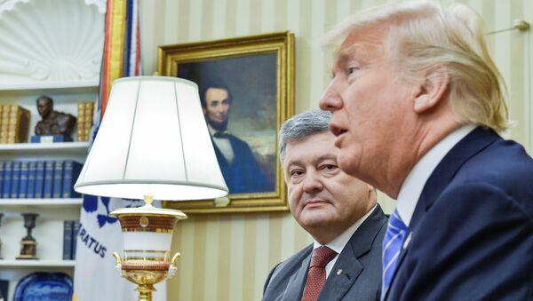 El presidente de Ucrania, Petró Poroshenko, y su homólogo estadounidense, Donald Trump - Sputnik Mundo