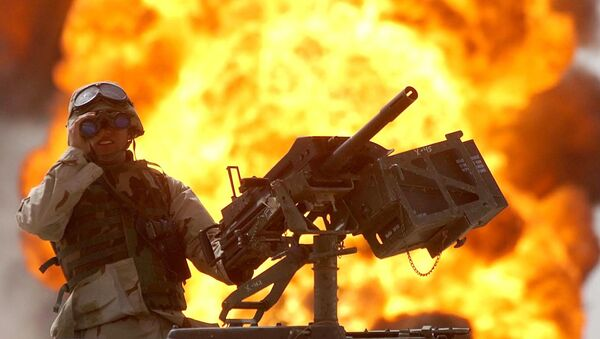 A US soldier looks through a pair of binoculars as a fire in the Rumeila oil field burns in the background in southern of Iraq, Sunday, March. 30, 2003 - Sputnik Mundo