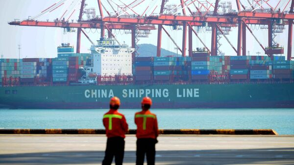 Trabajadores chinos en un muelle de carga del puerto de Qingdao, provincia de Shandong, China, el 13 de abril de 2017 - Sputnik Mundo