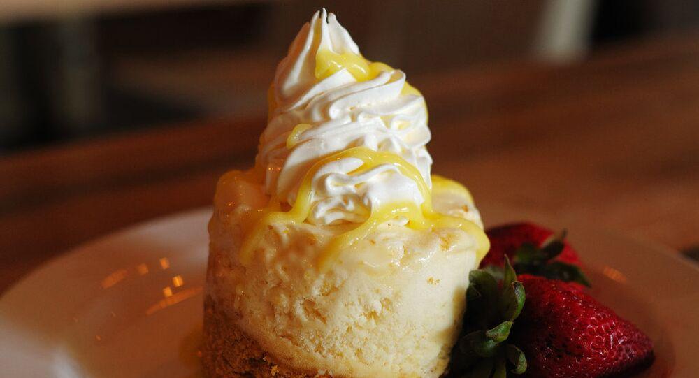 Un pastel con crema chantilly