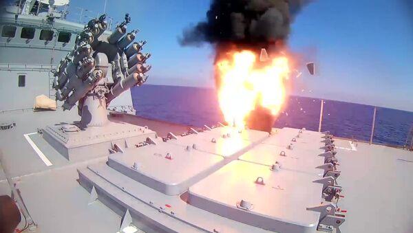 El momento del lanzamiento del misil de crucero ruso Kalibr por la fragata Almirante Essen - Sputnik Mundo