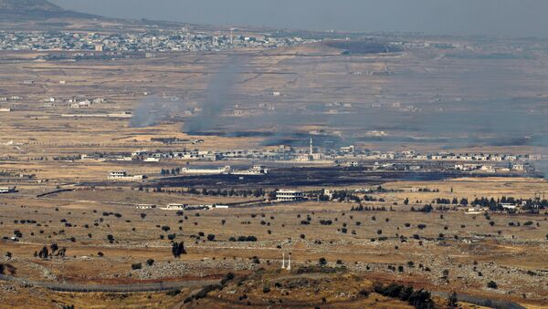 Israeli-occupied Golan Heights shows smoke billowing from the Syrian side of the border - Sputnik Mundo