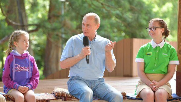 Vladímir Putin, presidente de Rusia, en el campamento de verano Artek - Sputnik Mundo