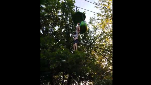 Una chica cae desde siete metros en un parque de atracciones en EEUU - Sputnik Mundo