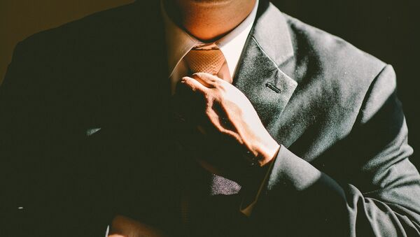 Un hombre ajusta su corbata - Sputnik Mundo