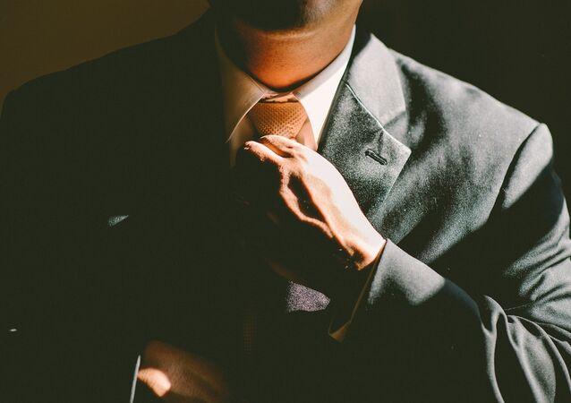 Un hombre ajusta su corbata