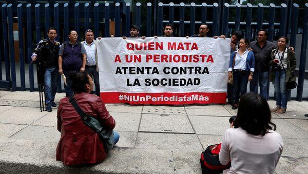 Protesta en marco de desapareción de un periodista mexicano - Sputnik Mundo