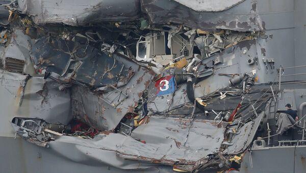 El USS Fitzgerald tras la colisión con carguero filipino - Sputnik Mundo