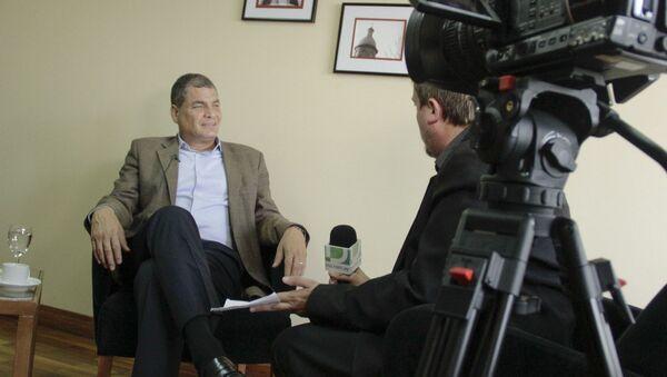 Rafael Correa, expresidente de Ecuador, durante la entrevista con Fabián Cardozo - Sputnik Mundo