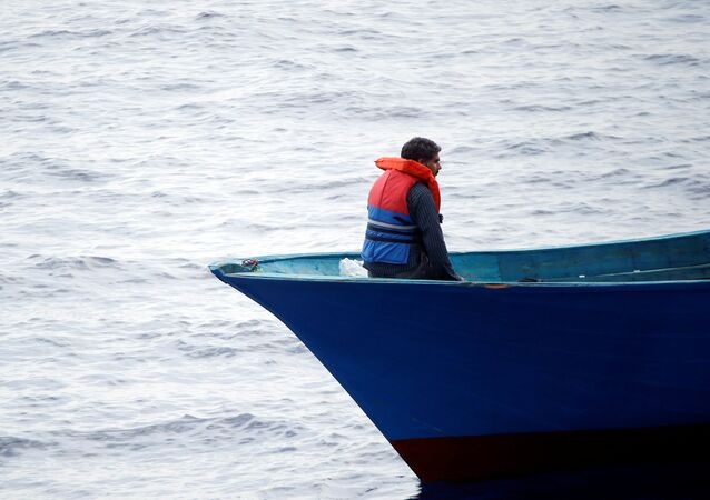 Un migrante en el barco (imagen referecial)
