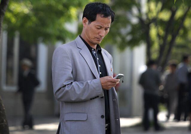 Un hombre con un teléfono celular
