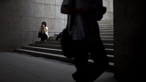 Una mujer con un teléfono celular en Pyongyang - Sputnik Mundo