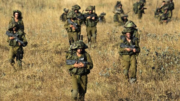 Israeli soldiers from the Golani Brigade take part in a military exercise in the Israeli-annexed Golan Heights near the border with Syria on June 26, 2013 - Sputnik Mundo