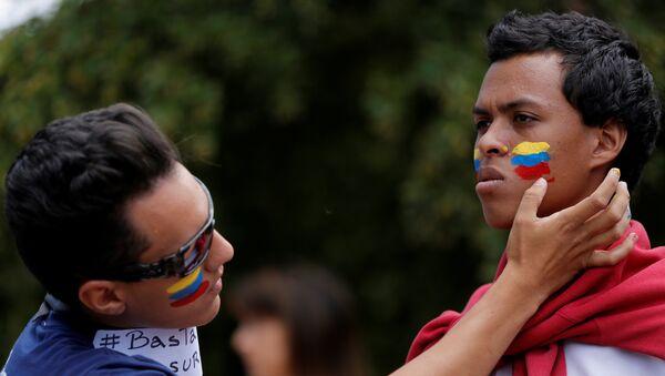 La gente pintando la bandera de Venezuela en las mejillas - Sputnik Mundo