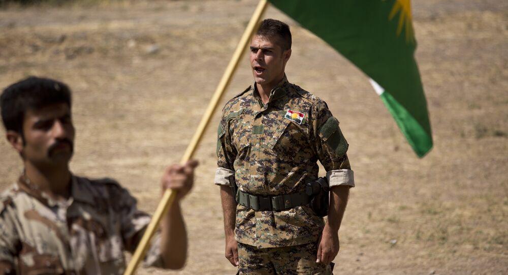 Comandante instruye a un nuevo recluta del Partido Democrático del Kurdistán Iraní en el norte de Irak (archivo)