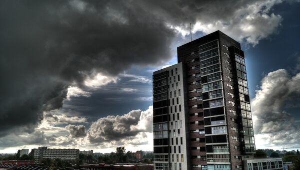 Una nube está avanzando hacia una casa - Sputnik Mundo