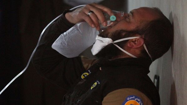 A civil defence member breathes through an oxygen mask, after what rescue workers described as a suspected gas attack in the town of Khan Sheikhoun in rebel-held Idlib, Syria April 4, 2017. - Sputnik Mundo