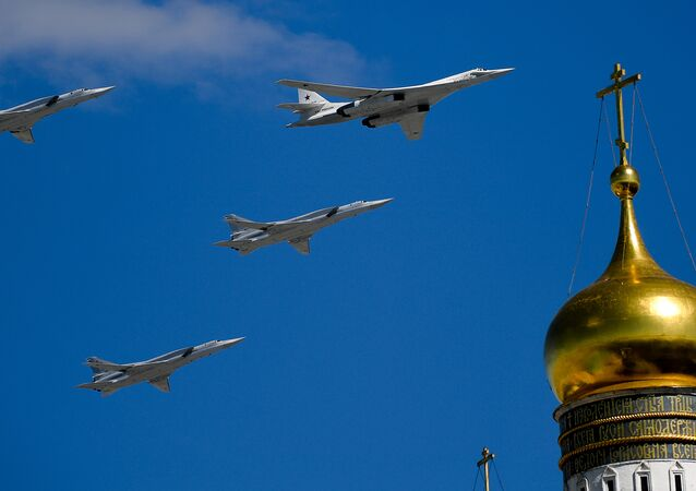Los bombarderos rusos Tu-160 y Tu-22M3 durante el ensayo del desfile militar en Moscú, Rusia (archivo)