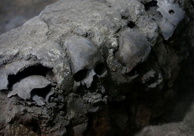 Fragmento de la torre de cráneos descubierta en Ciudad de México