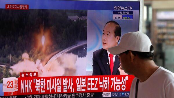Un reportaje surcoreano sobre el lanzamiento de un misil balístico por Corea del Norte (archivo) - Sputnik Mundo
